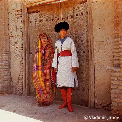 г. Хива, женщина и мужчина в национальных костюмах
